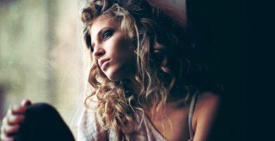Mujer enamorada del extraño que orinó sobre ella