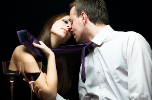 Chica seduciendo a un hombre