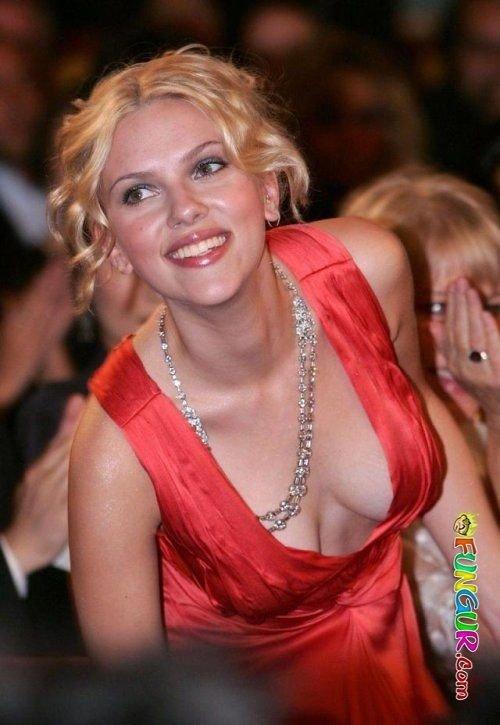 """Johansson es considerada uno de los iconos sexuales modernos de Hollywood, y ha aparecido entre las mujeres más sexys del mundo. Por este motivo que mejor que verfotos de Scarlett Johansson desnuda y sexy. Seguro que te gustará ver a una de las mujeres mas bellas del mundo.  Fue nombrada """"Sexiest Woman Alive"""" por la revista Esquire tanto en 2006 como en 2013 (la única mujer elegida dos veces para el título), y la """"Sexiest Celebrity"""" por la revista Playboy en 2007. Descargo de responsabilidad: itimes no representa ni avala la exactitud o fiabilidad de ninguna información, contenido o contenido en, distribuido a través de, o enlazado, descargado o accedido desde cualquiera de los servicios contenidos en este sitio web. ScarJo está listo para protagonizar un thriller psicológico, una adaptación del libro'Tangerine', una novela debut de Christine Magan. Le deseamos toda la suerte y el éxito. Feliz cumpleaños, Scarlett! Imagen obtenida a través de Google Image Search Scarlett Johansson es una actriz, modelo y cantante estadounidense que hizo su debut cinematográfico en North (1994). Imagen de cortesía: búsqueda en Google SHARE 3/27 Glamourosa Scarlett Johansson Posteriormente, Johansson actuó en Manny & Lo en 1996, y obtuvo más aclamación y prominencia con papeles en The Horse Whisperer (1998) y Ghost World (2001). Imagen de cortesía: búsqueda en Google SHARE 4/27 Scarlett Johansson - Ella es sexy y lo sabe Johansson es considerado uno de los símbolos sexuales modernos de Hollywood, y ha aparecido con frecuencia en listas publicadas de las mujeres más sexys del mundo, incluso cuando fue nombrada """"Sexiest Woman Alive"""" por la revista Esquire tanto en 2006 como en 2013 (la única mujer elegida dos veces para el título). Imagen de cortesía: búsqueda en Google SHARE 5/27 Scarlett Johansson es curvilínea Cambió a papeles adultos con sus actuaciones en Girl with a Pearl Earring (2003) y Lost in Translation (2003) de Sofia Coppola, por la que ganó el premio BAFTA a la mejor actri"""