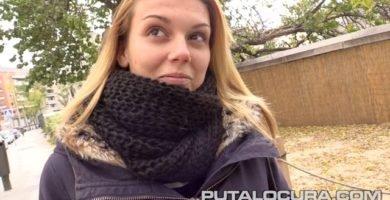 Daniela Leon pillada por la calle