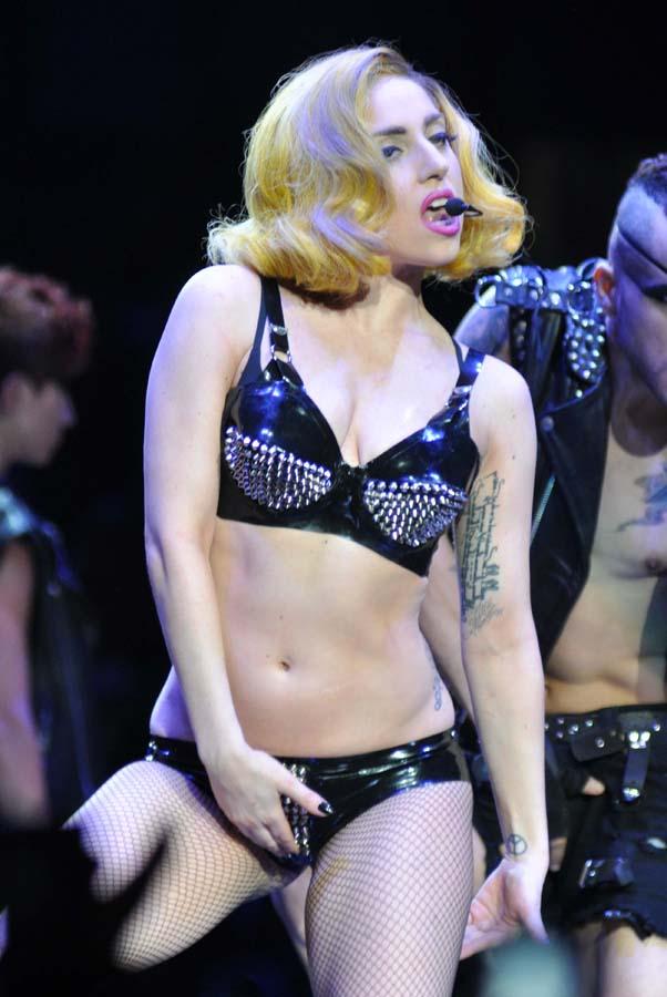 Lady Gaga provocando en el escario