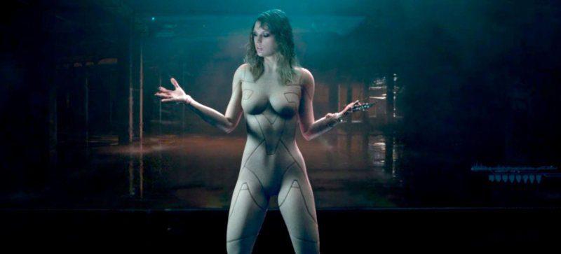 Taylor Swift semidesnuda en un videoclip