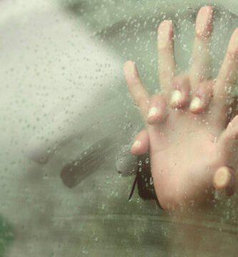 Follando en el coche un día de lluvia
