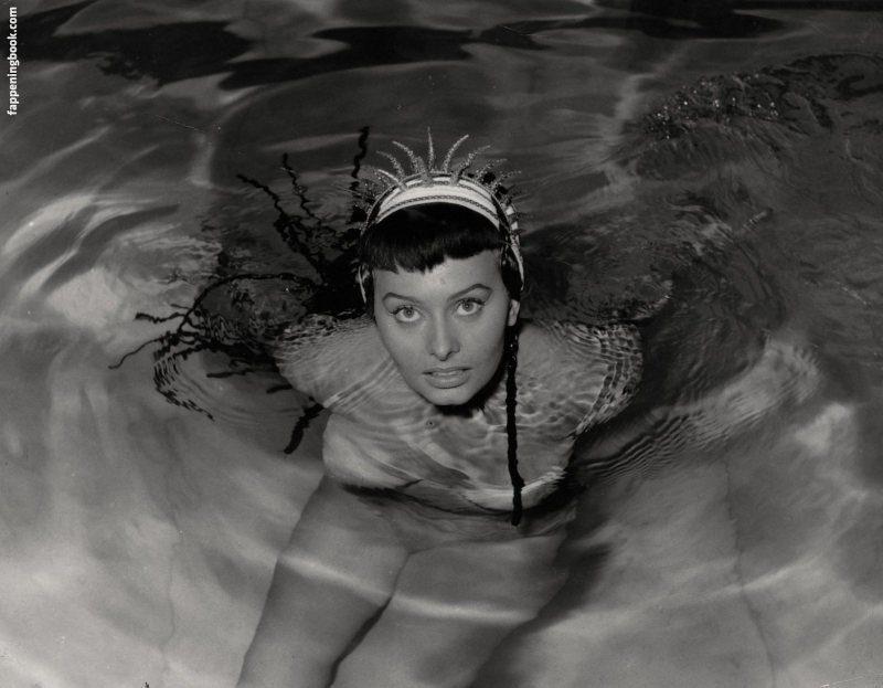 Sophia Loren bañándose desnuda