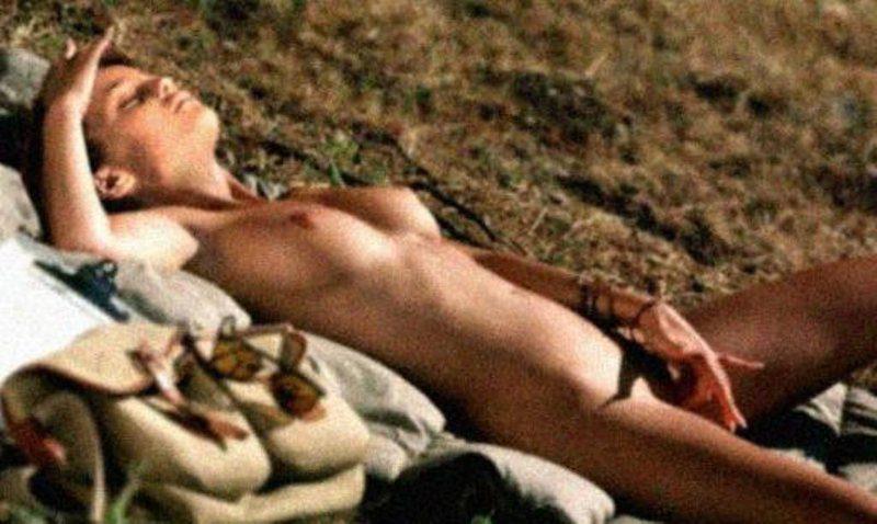 Vanessa Paradis tocándose en la playa